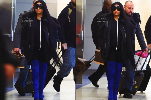 ------- 24/03/17 : Princesse Nicki Minaj photographiée  arrivant à l'aéroport de  « JKF » dans la journée - à  New York.  Flop pour la tenue et bien sure aussi pour la perruque dont je sature de voir avec. Vivement que Nicki change de style car la c'est horrible. -------