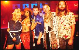 ------- ● ● Voici les photos perso de Nicki sur le tournage du clip « Kissing Strangers ». Nicki et le groupe  DNCE étaient ensemble sur le tournage du clip fait à Los Angeles. J'aime beaucoup la tenue en mode com boy.  Top.  -------