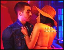 ------- ● ● Voici les photos perso de Nicki sur le tournage du clip « Kissing Strangers ». Nicki et le groupe  DNCE étaient ensemble sur le tournage du clip fait à Los Angeles. J'aime beaucoup cette tenue en mode com boy.  Top.  -------