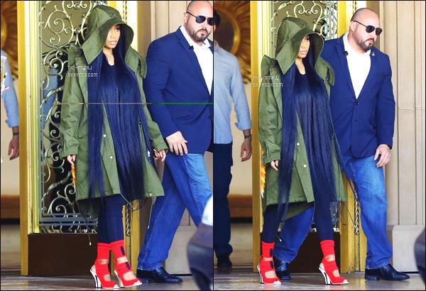 ------- 13/04/17:  La princesse Nicki Minaj photographiée dans la journée quittant un hôtel à Los Angeles toute seule. Bon c'est une tenue  simple, j'aime beaucoup.  Ses cheveux ca va bien avec la capuche, ca fait un petit style.  Gros top  pour les chaussures. -------