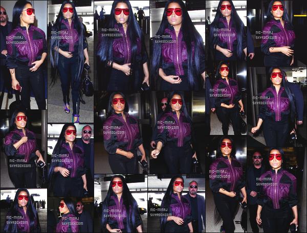 -------  24/05/17 : La princesse  Nicki Minaj photographiée  arrivant à l'aéroport de  « LAX » dans la soirée -  Los Angeles.  J'aime beaucoup la tenue, elle estvraiment  belle. Le violet lui va  bien, je suis totalement fan de cette veste. Je lui accorde un gros top. -------