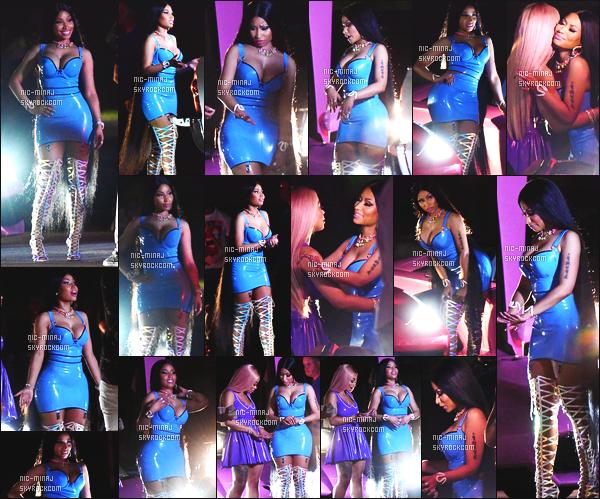 ------- 19/07/17: Notre princesse  Nicki Minaj   photographiée sur le tournage d'un nouveau clip Rake It Up - à Miami  Elle a fait apelle à une amie à elle Chyna. Nicki  est tellement sublime.  Elle est tellement sexy, j'adore  cette robe bleue qui lui va à ravie. -------