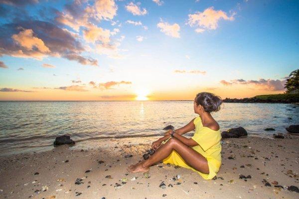 femme-couchee-soleil - La Maison de l ile-maurice-destination.com