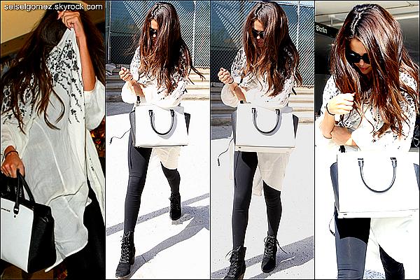 _ 27/08/13 : Hier, Selena a été aperçue à l'aéroport de Los Angeles ( États-Unis).    _