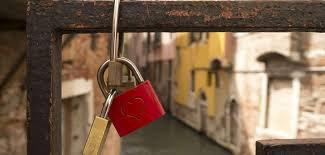 ETRE FORT : C'est aimer quelqu'un en silence ETRE FORT : C'est partager au moment où l'on ne possède plus rien; ETRE FORT : C'est pardonner à quelqu'un qui ne mérite pas le pardon; ETRE FORT : C'est irradier de bonheur quand on est malheureux; ETRE FORT : C'est attendre même lorsque les portes vous sont fermées. ETRE FORT : C'est rester calme lorsque tout semble contre vous . ETRE FORT : C'est montrer de la joie quand on n'en ressent pas. ETRE FORT : C'est sourire quand on a envie de pleurer. ETRE FORT : C'est rendre quelqu' un heureux quand on a le c½ur en morceaux. ETRE FORT : C'est se taire quand l'idéal serait de crier à tous son désespoir; ETRE FORT : C'est consoler quand on a besoin de réconfort; ETRE FORT : C'est avoir la ferme croyance au moment où toute certitude a disparu. C'est simplement cela être fort(e). …..!!!!