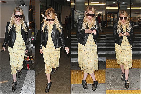 .04/09/15 →  Notre belle Emma Rose Roberts - jamais sans ces lunettes - arrivant à l'aéroport « L.A.X » à L.A. Emma a été photographié à l'aéroport ce Vendredi. Sa tenue : une robe jaune imprimée et des bottines noires rock. L'ensemble lui va à ravir. .
