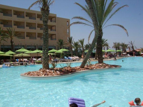 La Piscine de l'Hotel ( Rosa Beach Thalasso & Spa Sentido )