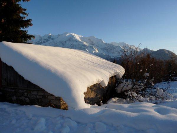 La neige.......a trouvé son toit pour la nuit....demain fondra-t-elle sous les ardeurs du soleil ?