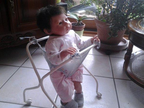 Hélène apprend à marcher