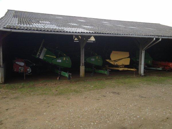 Sous le hangar ....