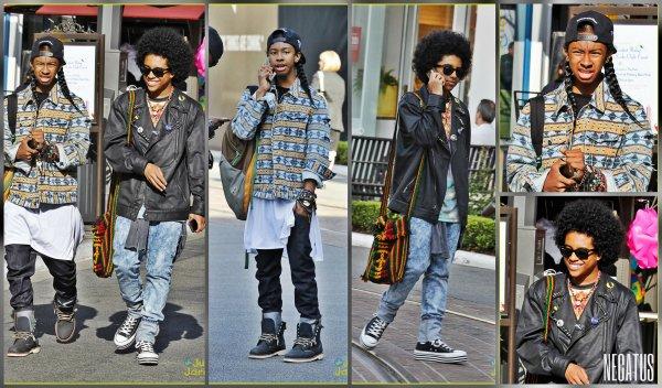 25/04/13 Ray Ray et Princeton bavardent sur leurs téléphones portables tout en marchant à West Hollywood, en Californie