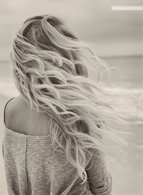« La pire chose qu'un garçon peut faire à une fille est de l'ignorer pendant qu'elle, elle l'aime de tout son c½ur.  »    Louis Tomlinson
