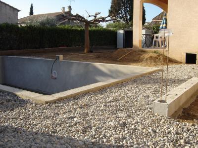 le terrassier est venu enlever la terre restant et a mis de niveau le terrain les galets autour de la piscine sont l pour laisser la terre le temps pour