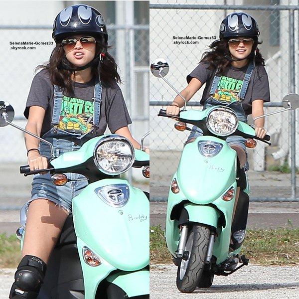 SelenaMarie-Gomez83 est de retour :) Découvrez de nouvelles photos de Selena Gomez sur le tournage du film Spring Breakers. La sortie du film aura lieu l'année prochaine et sera composé d'autres actrices comme Ashley Benson, Heather Morris et Vanessa Hudgens. Un film avec un casting bien sympathique !