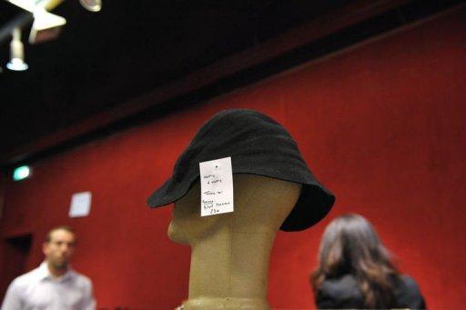 Un chapeau de Michael Jackson adjugé pour 17.500 euros à Drouot