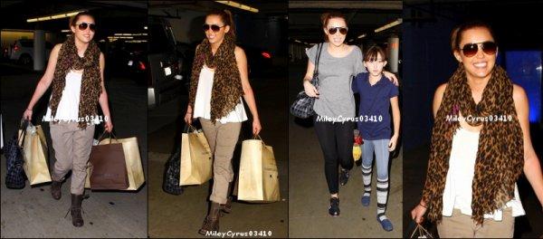 Miley; sa mère & sa grand mère  font du shopping à Toluca Lake, CA Jeudi 17 mars 2011