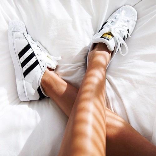 .  Conseil : Avant de te lancer dans un programme sportif, choisis des bonnes chaussures et des vêtements que tu aimes. Tu seras beaucoup plus motivée ! .
