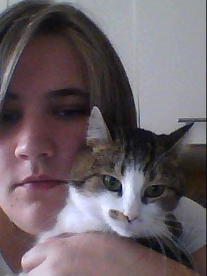 moi avec ma nouvelle coupe de cheveux et mon chat