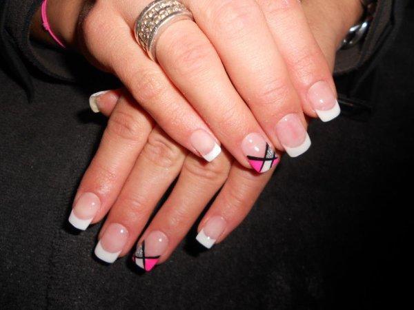ongle en gel avec tips french avec art nail rose fushia