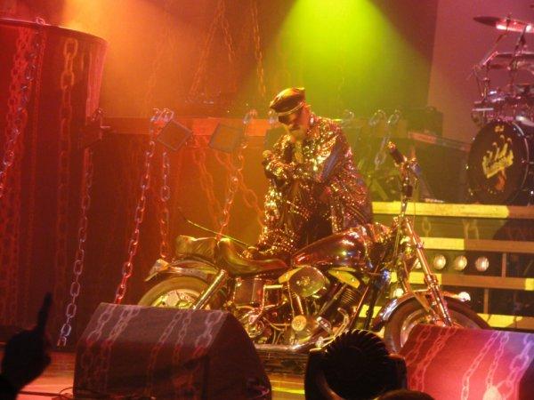 Un concert de Judas ne peut se terminer sans la fameuse Harley