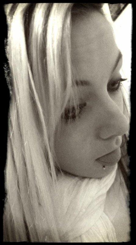 La jalousie fais souffrir sans trouver d'excuse D'une certaine façon une preuve d'amour Qui a la longue devient lourd Moi même étant jalouse et possessive je n'y prête pas attention Sa devient une maladie que l'on ne peut guérir  Mais après tout je t'aime a en mourir !