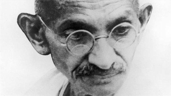 """"""" Rappelez-vous qu'à travers l'histoire il y eut des tyrans et des meurtriers qui pour un temps, semblèrent invincibles. Mais à la fin, ils sont toujours tombés. Toujours.."""" Ghandi (1869-1948)"""