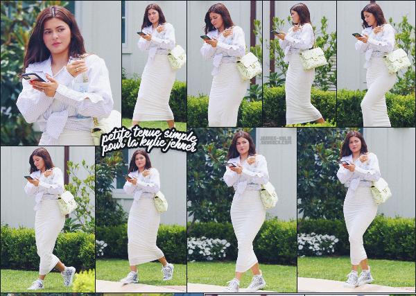 20/07/20 -Kylie Jenner & Travis Scott ont été photographiés sortant d'un hôtel de Laguna Beach, LOS ANGELES  ! Kylie portait une tenue simple : jupe, chemise courte et des sneakers Dior. Que penses-tu de sa tenue - TOP ou FLOP? ••