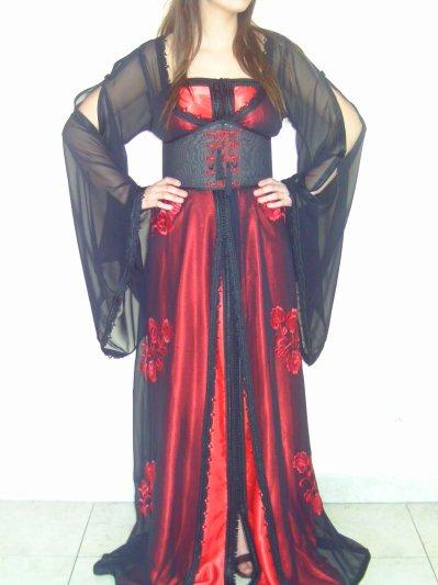 Caftan voile noir brodé + bustier satin rouge