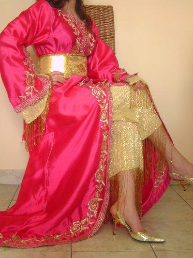Caftan fushia avec pantalon doré à perles