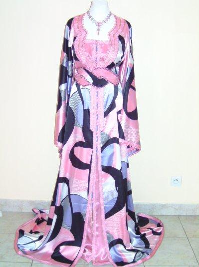 Caftan en satin duchesse motifs bariolés rose et noir