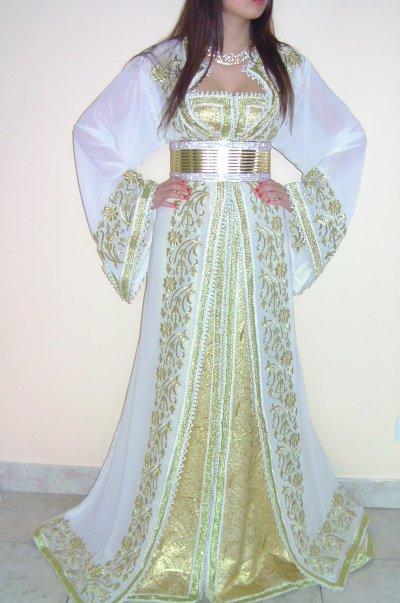 Caftan blanc en mousseline brodé doré avec robe bustier en brocart