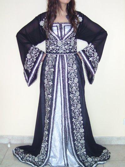 Caftan noir en mousseline brodée argentée avec robe bustier en brocart