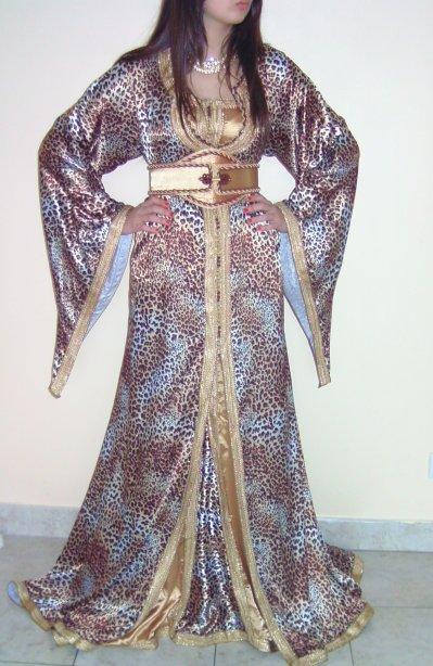 Caftan en motifs léopard en satin duchesse