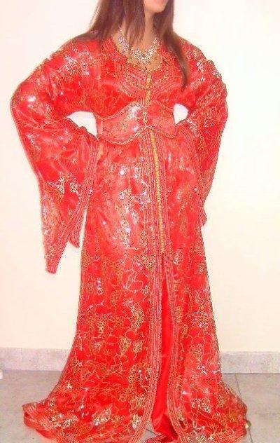 Caftan en satin et chebka rouge pailletée