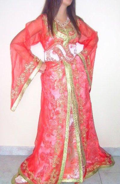 Caftan en mousseline avec robe bustier en brocart rouge