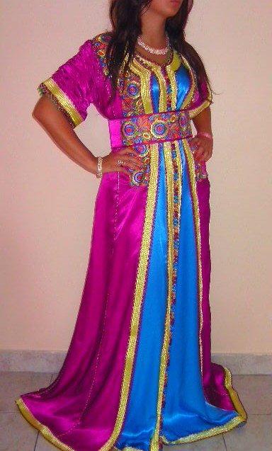 Caftan en satin bleu et violet avec manches effet plissé