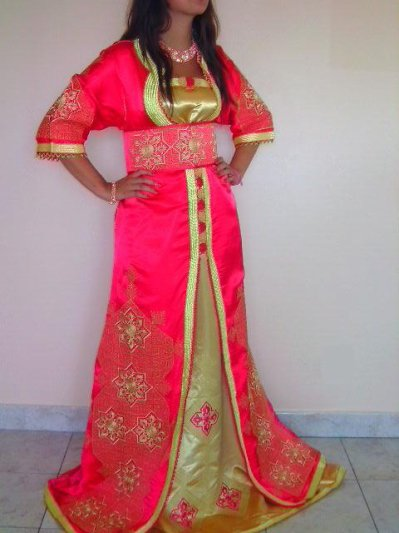 Caftan en satin brodé avec robe bustier