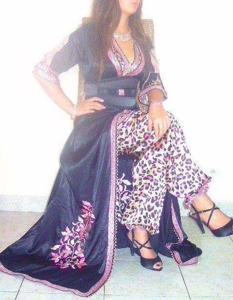 Caftan en satin noir brodé avec tunique et pantalon motif léopard