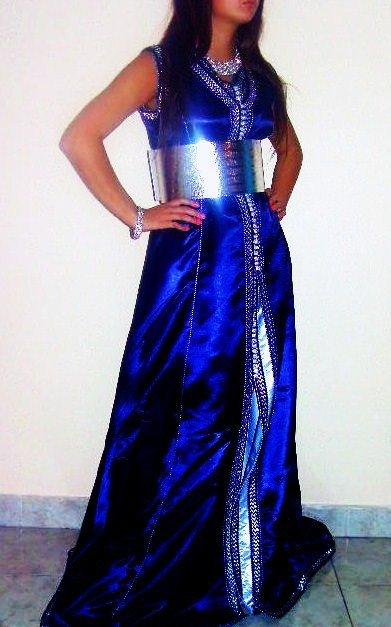 Caftan en satin bleu et argenté sans manches