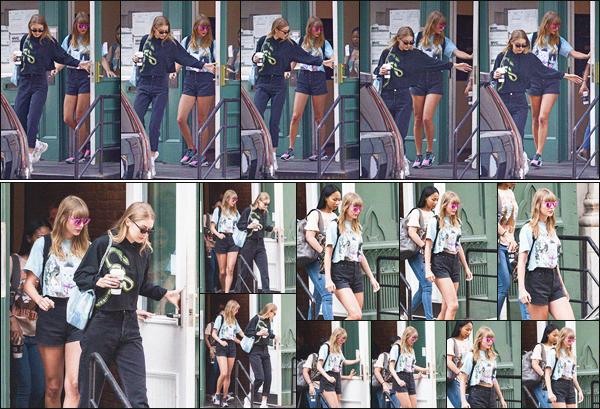 - 13/07/18 - Notre jolie Taylor a été aperçue par les paparazzis quittant son appartement de New-York City !La jolie blonde portait une tenue assez jeune que personnellement j'aime beaucoup surtout les lunettes roses fantaisie, je lui accorde donc un joli top. -