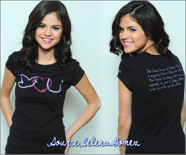 15/O9/2O1O → Selena a fait une interview pour la radio de Ryan Seacrest dans la matinée . Elle est comme toujours très souriante et très mignonne ! Son visage illuminé est magnifique (: Côté tenue , je ne peux pas juger sans voir le reste mais pour ce que je vois , j'adore ! Les couleurs se marient bien et c'est très classe je trouve . Donc on va dire un TOP mi-officiel ! ^^  Votre avis ?