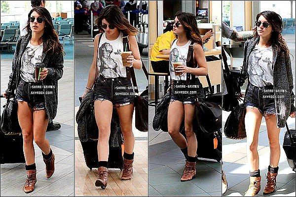Posté le 27Juillet 2012 Shenae Grimes à Vancouver Airport
