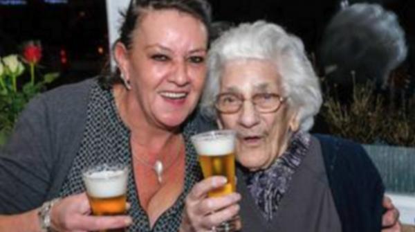 *JOYEUX NOEL*Cette grand-mère de 96 ans boit 20 bières par jour... Et elle garde la forme !