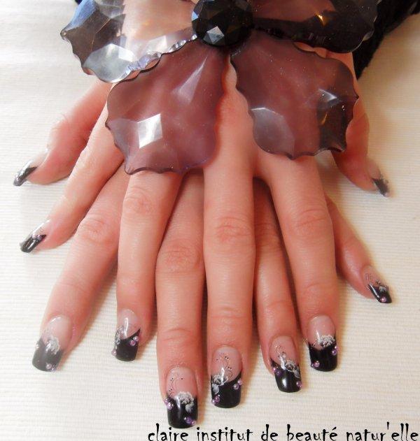 remplissage résine acrylique beauty nails translucide avec french noir résine hHD antimodenails décalc fleur liner et strass