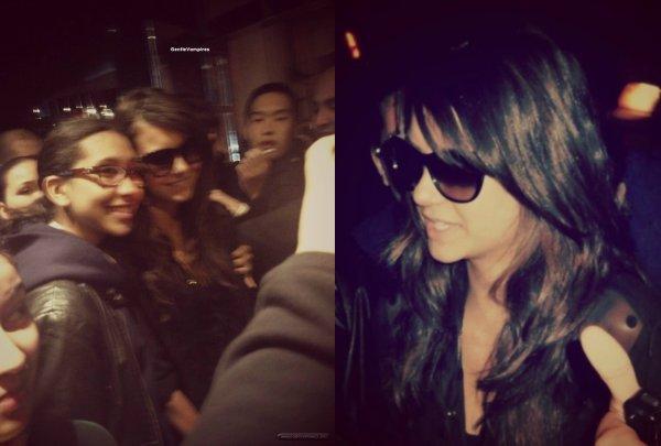 Nina devant son hôtel en train de prendre des photos avec des fans.  Elle a également été vu devant le London Hotel  puis le même jour Ni' a eté vue quittant son hotel.