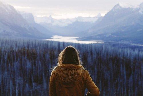 En te levant le matin, rappelle-toi combien précieux est le privilège de vivre, de respirer, d'être heureux.