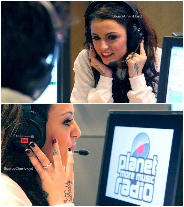 Apparition -  Cher à la station radio ' NRJ' et Chante With Ur Love à la station radio 'Planet Studio' à Francfort en Allemagne.