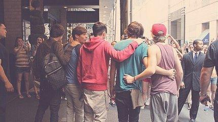 Les boys devant leur hôtel à New-York - 28/05._♥