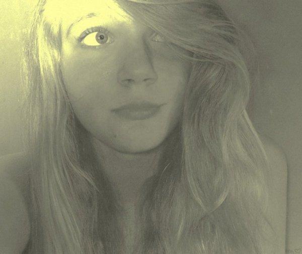 Tu me regardes, je te regarde. Tu me souris, je te souris. Tu crois que je t'aime mais moi je t'emmerde.