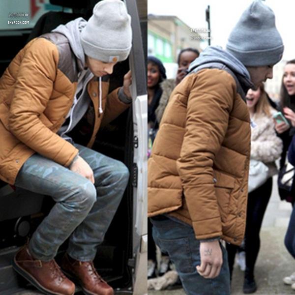 07 Janvier -  Zayn a  été aperçu hier  derrière lesstudios , à Londres.